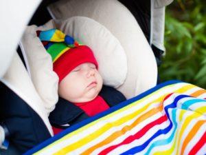 Siège auto bébé : lit nacelle ou cosy ?
