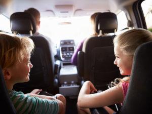Accessoires indispensables pour des trajets en voiture avec des enfants